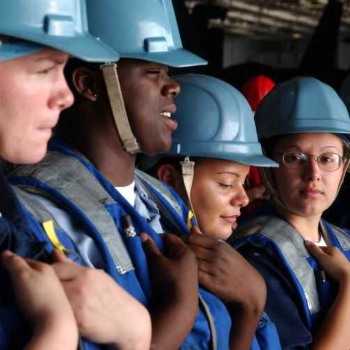 Personas portando instrumentos de seguridad como cascos y chalecos