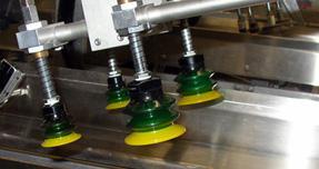 Mecanismo con cuatro ventosas verdes diseñado a partir de aluminio