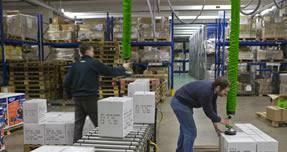 Hombres moviendo cajas con sistema Vaculex